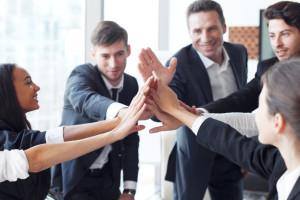 Seks gode koller som tar high five og smiler til hverandre