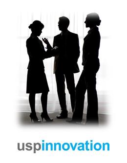 Bilde av tre personer som står i silhuett mot et vindu - for å vise mennesker som snakker sammen, og eksemplifisere at mennesker dom oftest er den utløsende faktoren ved effektiv merkevarebygging - spesielt innenfor merkevarebygging av tjenester
