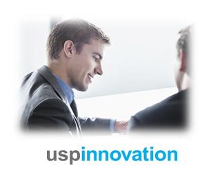 Bildet av to menn som sitter over et dokument - for å eksemplifisere at de arbeider med strategien - som det første som må være på plass om man skal drive effektiv merkevarebygging
