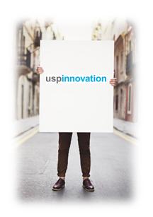 Mann som holder en plakat som er blank, men hvor en logo er montert - for å synliggjøre at tilstedeværelse er viktig ved merkevarebygging.