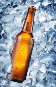 Kald flaske med øl som ligger på isbiter. Flasken er uten etikett, for å vise at det kun er en flaske - før eventuell merkevarebygging begynner og gjør den til en merkevare